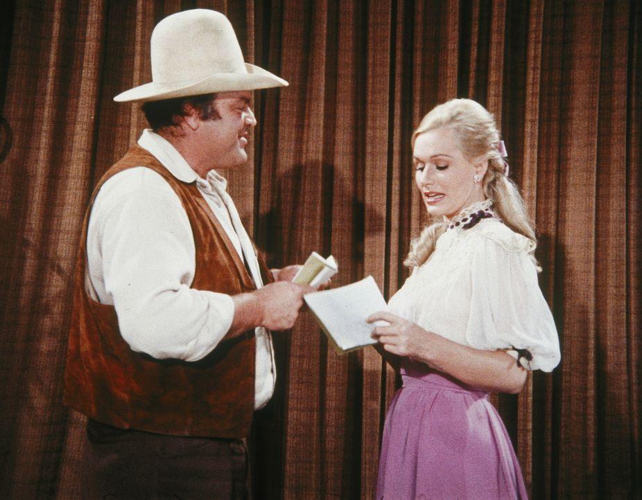 Die berühmte Schauspielerin Lotta Crabtree (Sally Kellerman, r.) macht auf ihrem Weg nach San Francisco auch in Virginia City Station. Auch Hoss (Da... - Bildquelle: Paramount Pictures