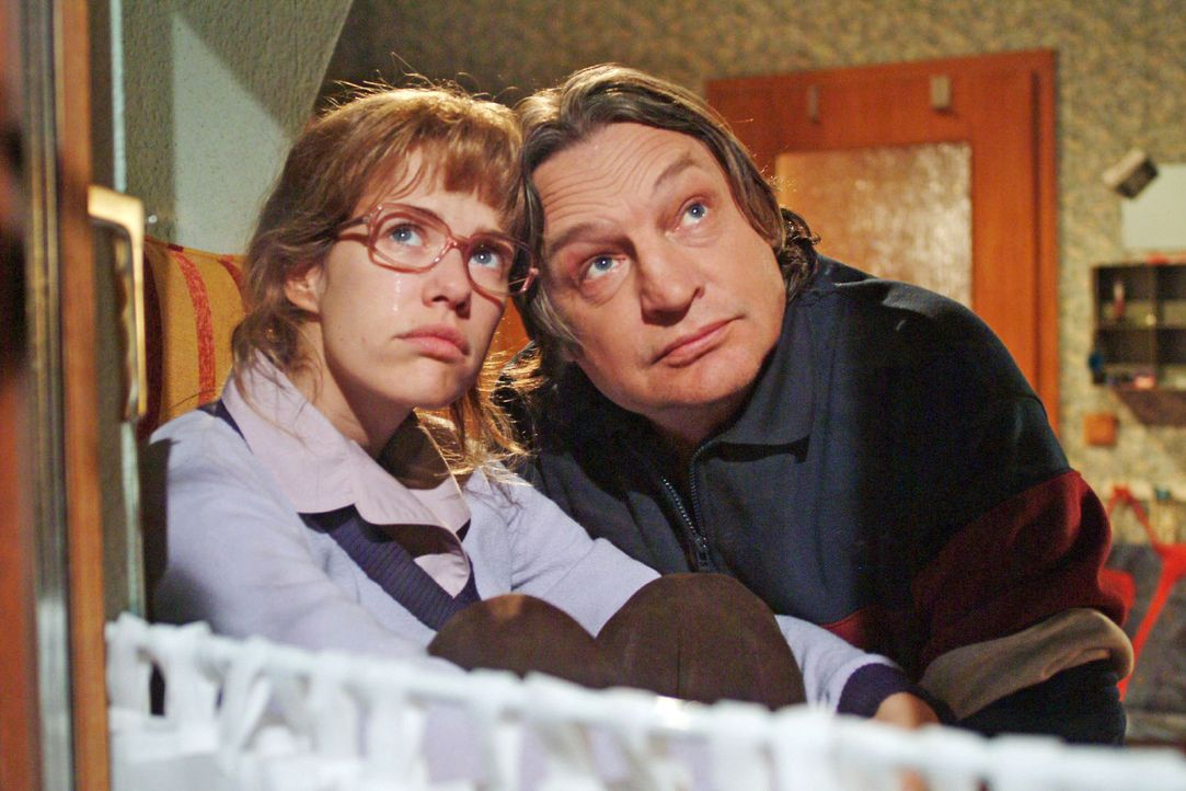Bernd (Volker Herold, r.) macht sich Sorgen um Lisa (Alexandra Neldel, l.), die wieder einmal an ihrer Enttäuschung über David zu zerbrechen scheint... - Bildquelle: Monika Schürle Sat.1