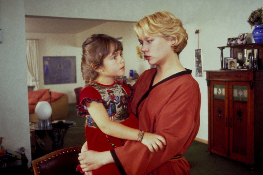 Die kleine Nina (Sophie Pflügler, l.) ist als Nesthäkchen der erklärte Liebling ihrer Mutter Katja (Jennifer Nitsch, r.). Eines Tages kehrt das Mädc... - Bildquelle: Frank Lemm ProSieben