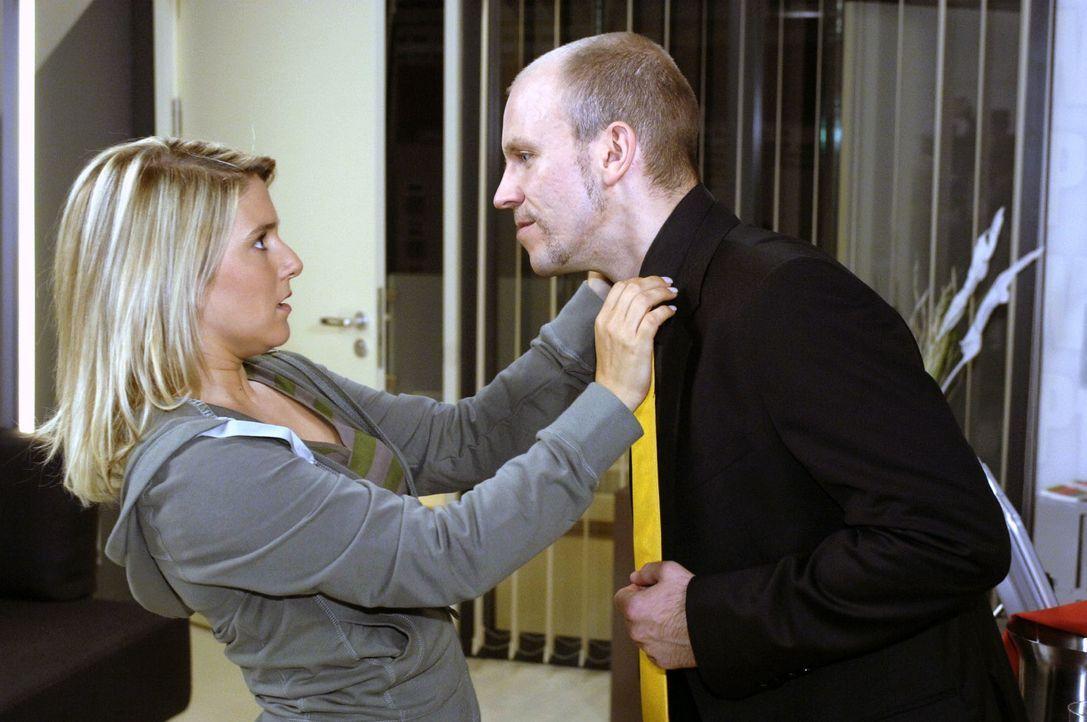 Anna (Jeanette Biedermann, l.) entzieht sich Gerrits (Lars Löllmann, r.) Versuch, sie zu küssen. - Bildquelle: Oliver Ziebe Sat.1