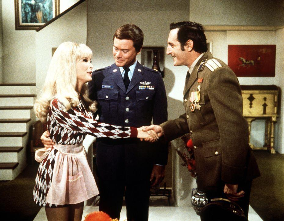 Tony (Larry Hagman, M.) und Jeannie (Barbara Eden, l.) haben den russischen Kosmonauten Gregorian (Noam Pitlik, r.) zum Abendessen zu Gast. - Bildquelle: Columbia Pictures