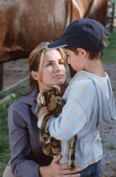 Antonia (Alexandra Kamp, l.) will Carlos (Luis Tröger, r.), den unehelichen Sohn ihres Mannes, kennen lernen. - Bildquelle: Erika Hauri Sat.1