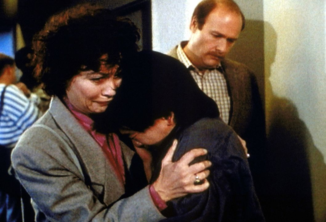 Schweren Herzens müssen sich Barbara (Michele Marsh, l.) und Howard Hopkins (Arthur Rosenberg, r.) von ihrem Adoptivsohn Dinh (Jusak Yang Bernhard,... - Bildquelle: Worldvision Enterprises, Inc.