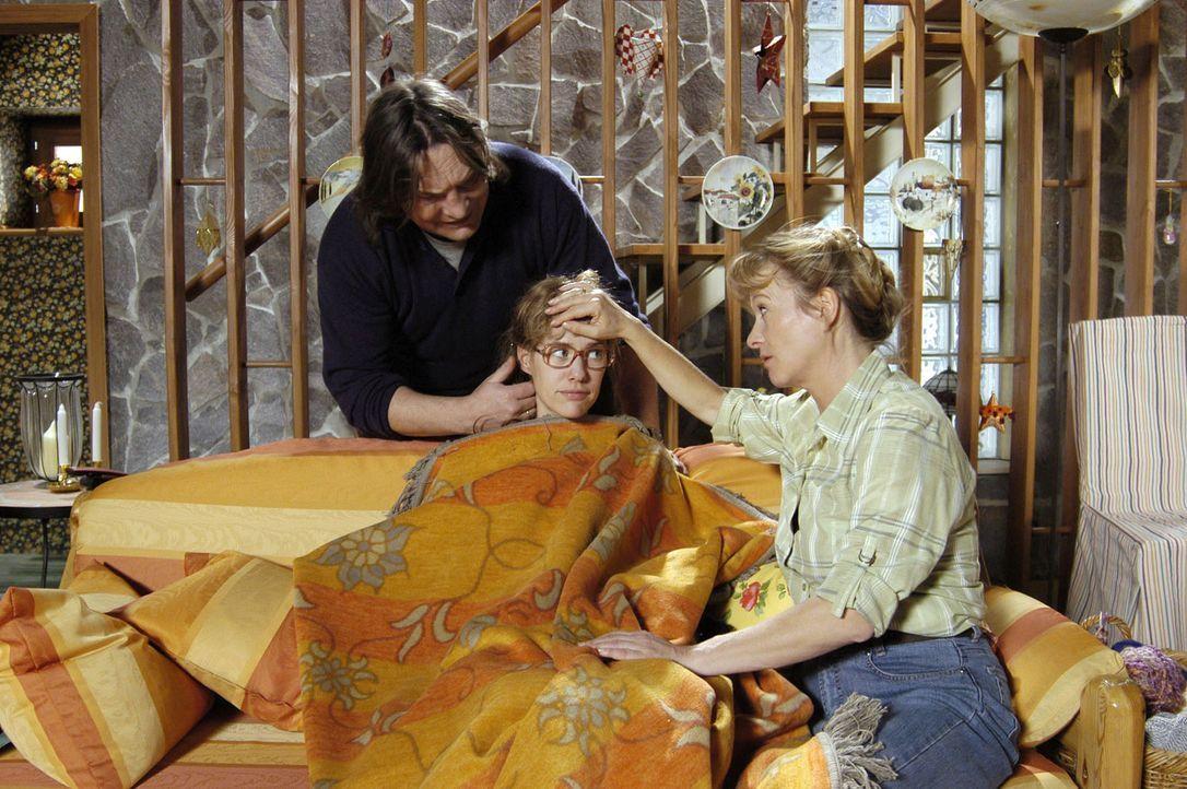 Lisas (Alexandra Neldel, M.) Eltern Bernd (Volker Herold, l.) und Helga (Ulrike Mai, r.) sind um die Gesundheit ihrer Tochter sehr besorgt. (Dieses... - Bildquelle: Noreen Flynn Sat.1