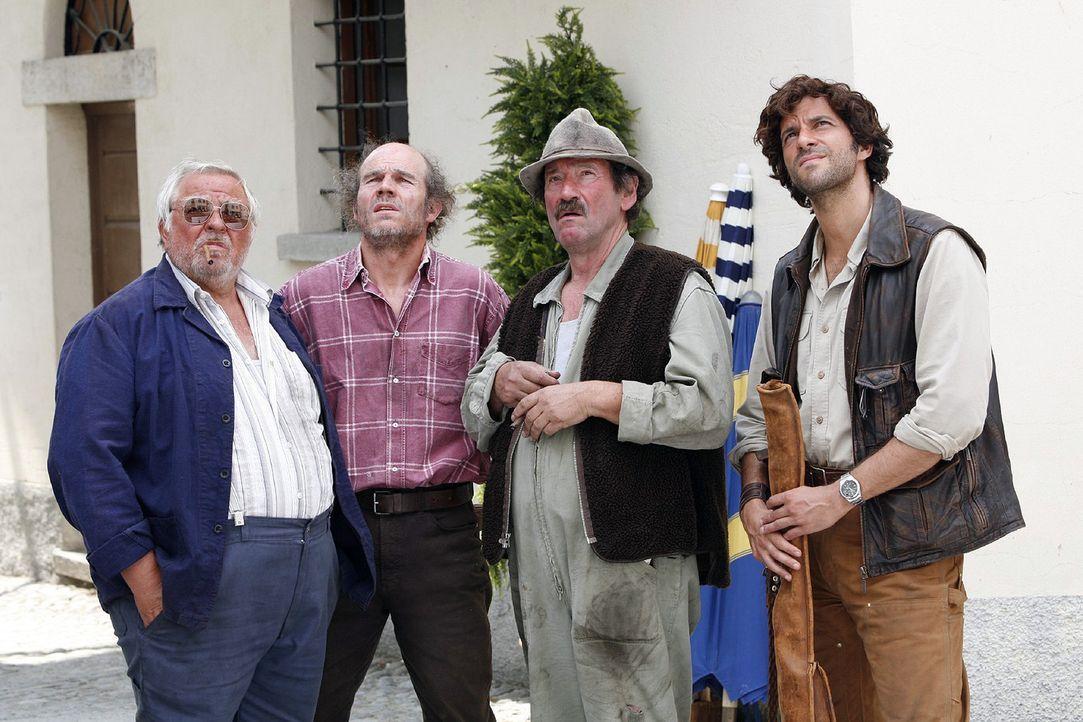 Beat (Pasquale Aleardi, r.) steht mit Senner Göpf (Herbert Leiser, 2.v.r.), Bauer Lorenz (Albert Tanner, l.) und Imker Marko (Manfred Liechti, 2.v.l... - Bildquelle: Mara Truog Sat.1
