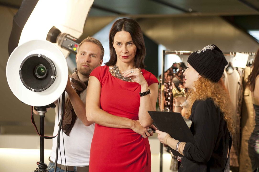 Als Nicky (Katharina Müller-Elmau, M.) gegen den Willen der Stylistin Elsa (Laura Lo Zito, r.) einen ungewöhnlichen Schuh einkauft, von dem sie über... - Bildquelle: Britta Krehl SAT.1