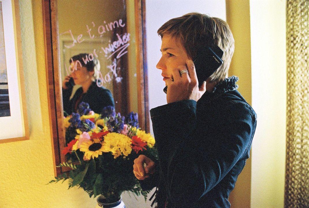 Stephanies (Claudia Schmutzler) Nerven liegen blank. Als sie nach Hause kommt, stellt sie fest, dass jemand in ihrer verschlossenen Wohnung war und... - Bildquelle: Monika Schürle Sat.1