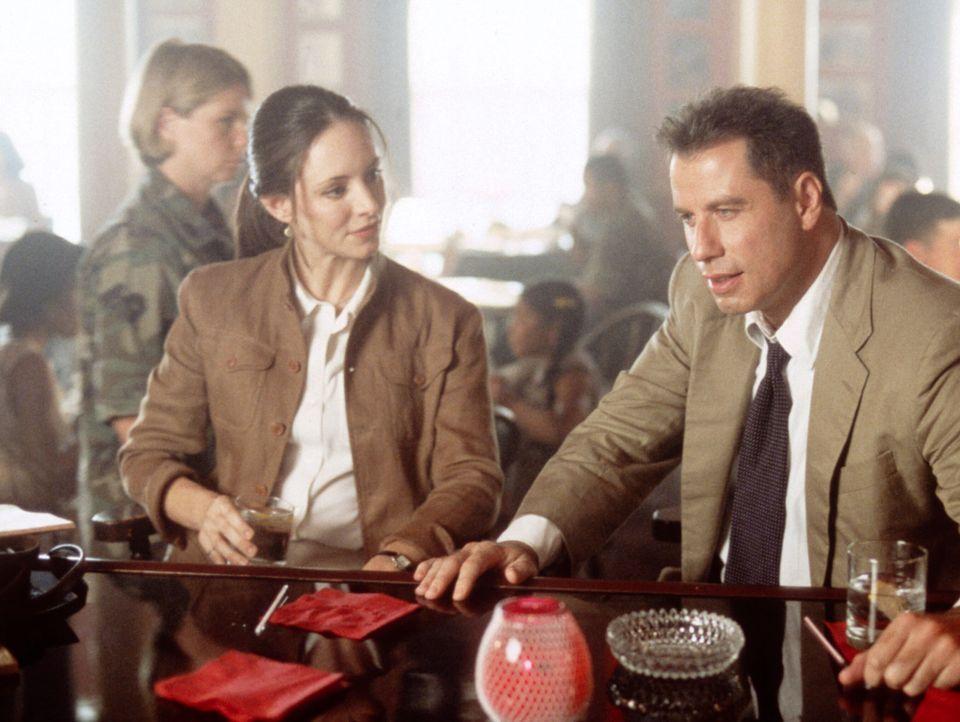 Gemeinsam ermitteln Sara Sunhill (Madeleine Stowe, l.) und ihr Kollege Paul Brenner (John Travolta, r.) in einem Mordfall. Bald finden sie eine ganz... - Bildquelle: TM & Copyright   2017 by Paramount Pictures. All rights reserved.