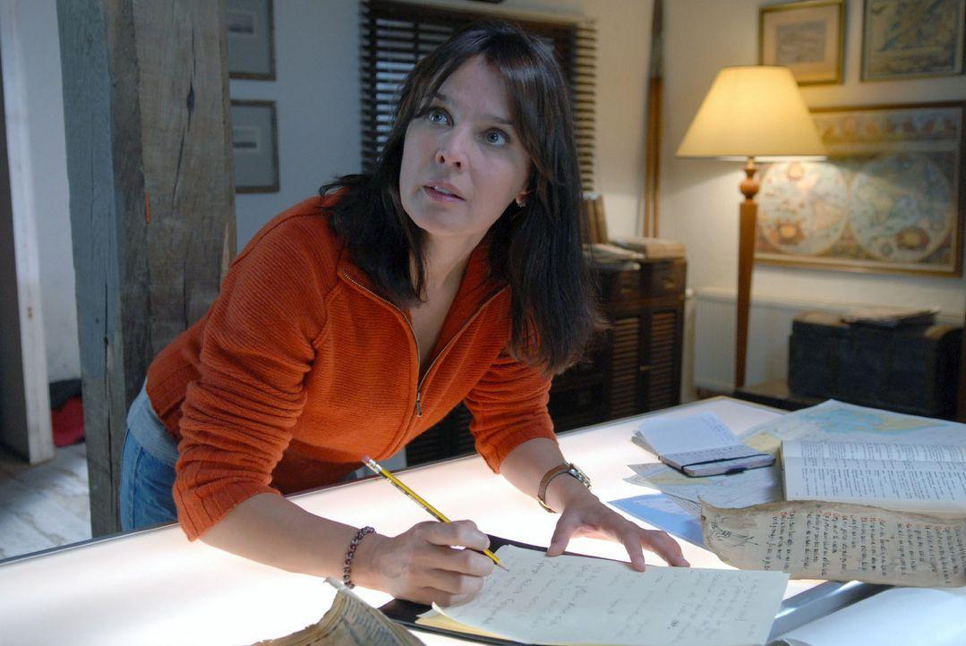 Jana (Désirée Nosbusch) studiert die Dokumente ganz genau und gleicht die Karten ab. Hat sie eine Sensation entdeckt? - Bildquelle: Susanne Dittmann Sat.1