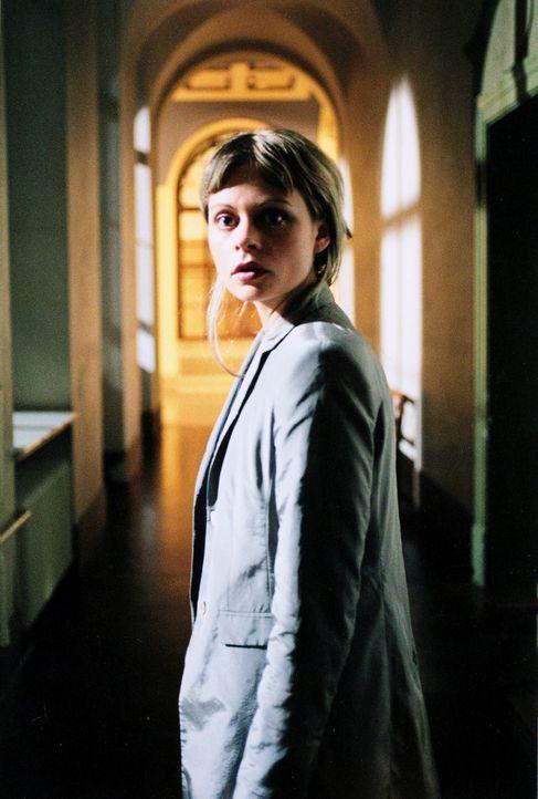 Für Staatsanwältin Katja Bach (Susanna Simon) bricht eine Welt zusammen, als ihre Schwester ermordet und sie durch kompromittierende Fotos eines Unb... - Bildquelle: Gordon Mühle Sat.1
