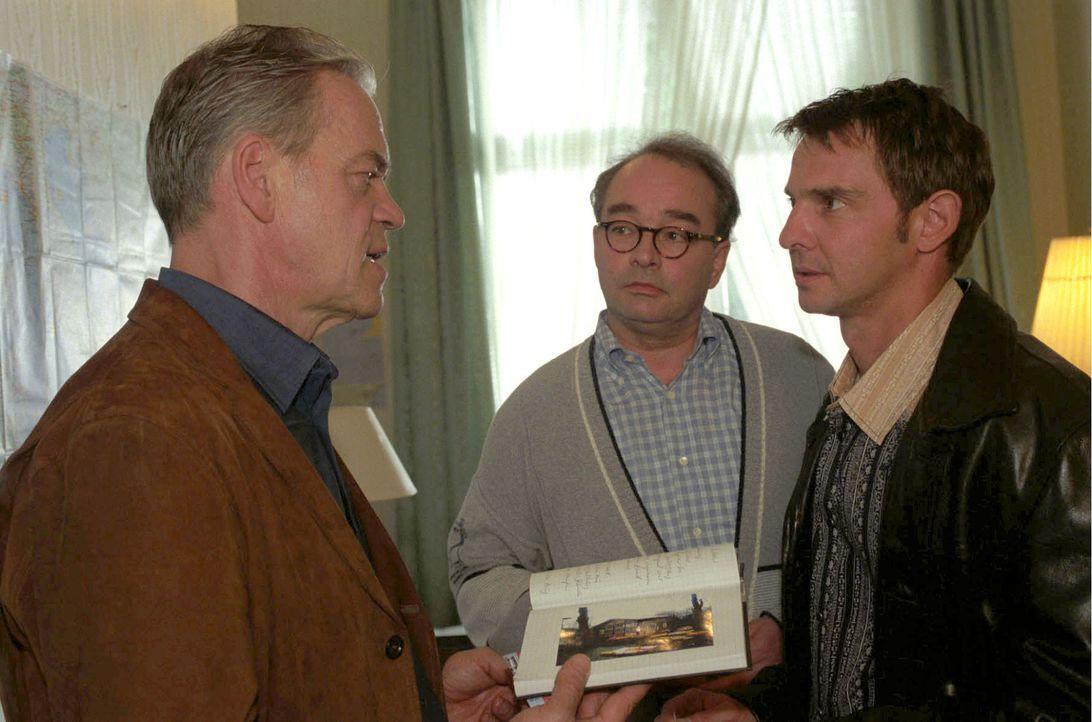 Wolff (Jürgen Heinrich, l.) und Tom (Steven Merting, r.) teilen Eberhard Steinwachs (Martin Seifert, M.) mit, dass seine Mutter sterben musste, da d... - Bildquelle: Claudius Pflug Sat.1