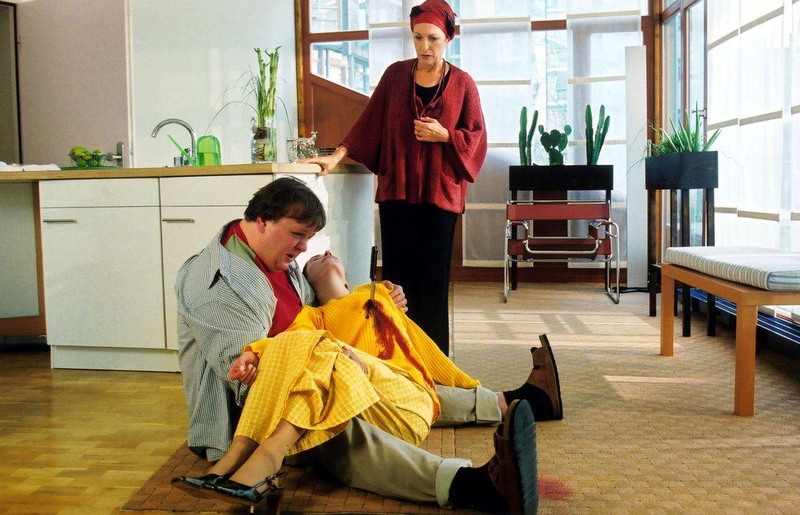 Fassungslos findet Frau Lindner (Daniela Ziegler, r.) ihren geistig behinderten Sohn Peter (Sven Pippig, l.) mit der Leiche der Nachbarstochter Clau... - Bildquelle: Claudius Pflug Sat.1
