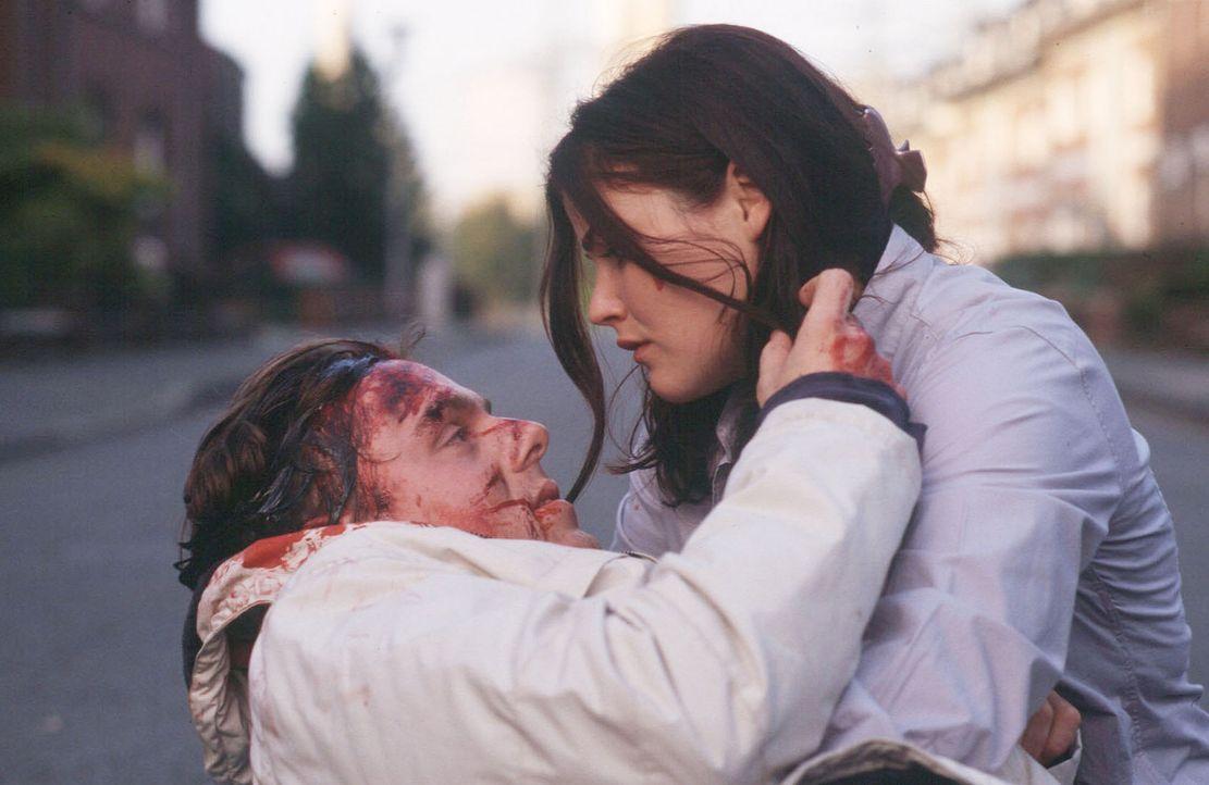 Georg (Dennis Schmidt-Foss, l.) stirbt in den Armen seiner schwangeren Frau Katrin (Katharina Wackernagel, r.). - Bildquelle: Martin Menke Sat.1