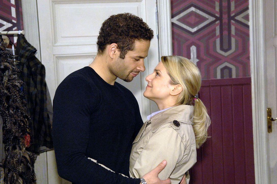 Jannick (Mike Adler, l.) freut sich über den überraschenden Besuch von Anna (Jeanette Biedermann, r.). - Bildquelle: Claudius Pflug Sat.1