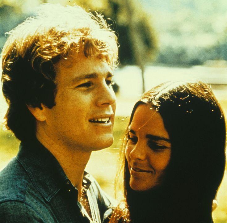 Gegensätze ziehen sich an: Jennifer Cavalieri (Ali MacGraw, r.) und Oliver Barrett (Ryan O'Neal, l.) lernen sich kennen und lieben. Bei Olivers Elte... - Bildquelle: Paramount Pictures