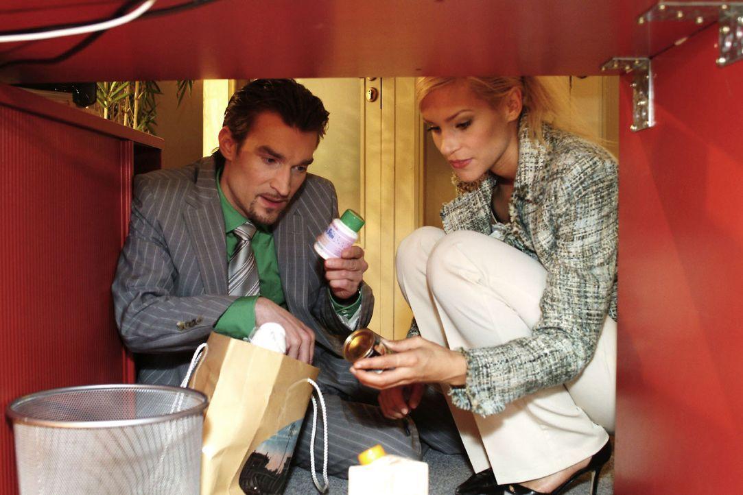 """Sabrina (Nina-Friederike Gnädig, r.) hilft Richard (Karim Köster, l.) dabei, die """"Quick-Slim""""-Dose von Lisa auszutauschen, damit kein Verdacht entst... - Bildquelle: Noreen Flynn Sat.1"""