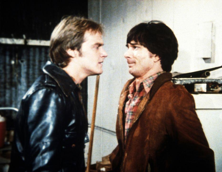 Jack (Michael Bowen, l.), der Anführer einer Jugendbande, will Arnie (Derrel Maury, r.) zwingen, einen Mord zu begehen. - Bildquelle: Worldvision Enterprises, Inc.