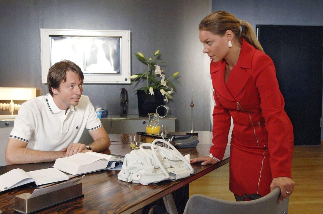 Katja (Karolina Lodyga, r.) teilt Dr. Lonnemann (Daniel Enzweiler, l.) ihre Entscheidung mit. - Bildquelle: Claudius Pflug Sat.1