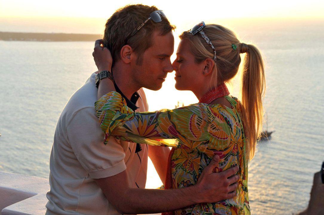 Auf Santorin hat Tim (Wanja Mues, l.) entdeckt, dass man auch mit anderen Frauen, wie zum Beispiel der attraktiven Betty (Nele Kiper, r.), sehr viel... - Bildquelle: Hardy Brackmann Sat.1