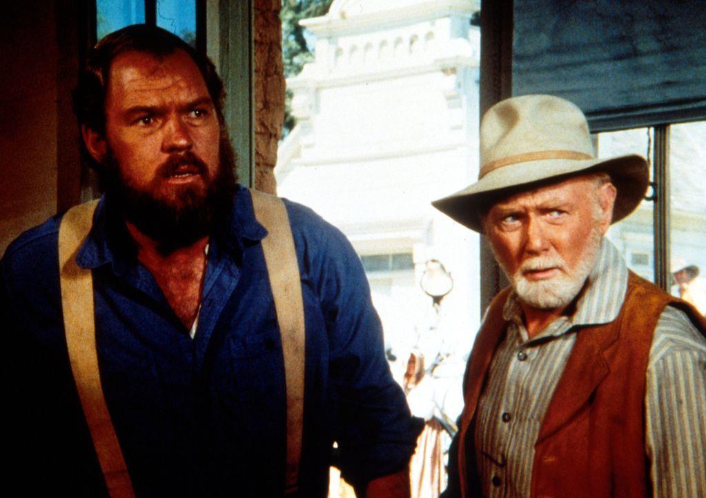Hilfssheriff Garvey (Merlin Olsen, l.) und Sheriff Pike (Harry Lary, r.) kommen zu spät, um den jungen Tim Mahoney daran zu hindern, die Bank auszur... - Bildquelle: Worldvision