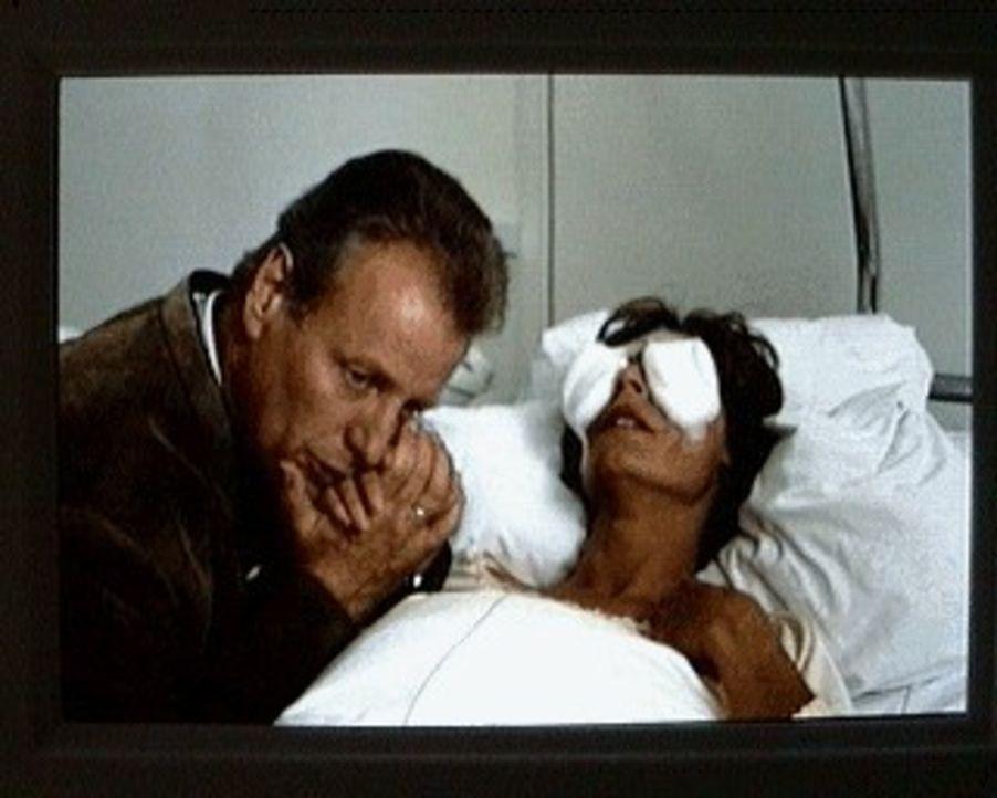 Durch Maxls Chemie-Experiment kommt Sabina (Anita Zagaria, r.) zu schwerem Schaden: Sie droht zu erblinden. Ihr Mann Dr. Burgner (Gerhart Lippert, l... - Bildquelle: SAT.1