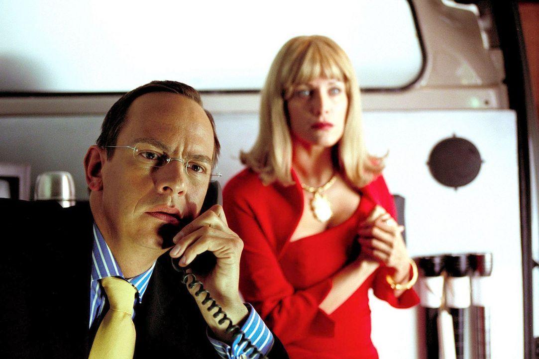 Vincent (Moritz Lindbergh, l.) und Lydia (Sonja Kirchberger, r.) Lufft haben Marie nur adoptiert, um unter Vincents Chef, ein absolut kinderfreundli... - Bildquelle: Erika Hauri Sat.1