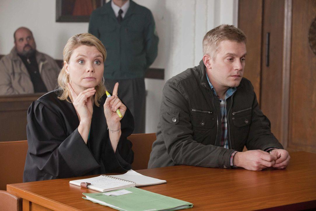 Danni (Annette Frier, l.) bekommt einen Konkurrenten: Burkhardt Adam sitzt einen Stock höher im Erdgeschoss und bietet Rechtsberatung für 75ct/Minut... - Bildquelle: Frank Dicks SAT.1