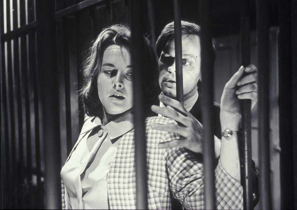 Ist Stuart Bresset (Klaus Kinski, r.) der Mörder, der es auf die attraktive Margaret Reddle (Brigitte Grothum, l.) abgesehen hat? - Bildquelle: Constantin Film