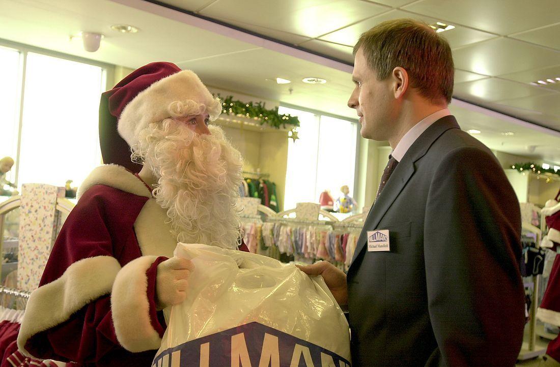 """""""Ho, hoo!"""" Nicht ahnend, dass sich hinter der Weihnachtsmann-Maskerade Claudia (Deborah Kaufmann, l.) versteckt, teilt der zurückhaltende Mr. Mansfi... - Bildquelle: Thomas Schumann/s.e.t. ProSieben"""
