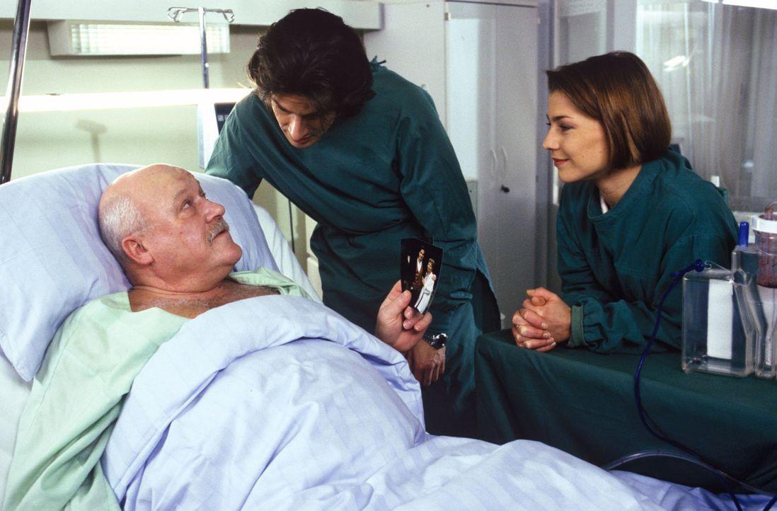 Bisher hatte Klempnermeister Alfred Frey (Hans Teuscher, l.) seinem Sohn Tobias (Urs Remond, M.) das Besuchsrecht im Krankenhaus verweigert, aber Sc... - Bildquelle: Noreen Flynn Sat.1