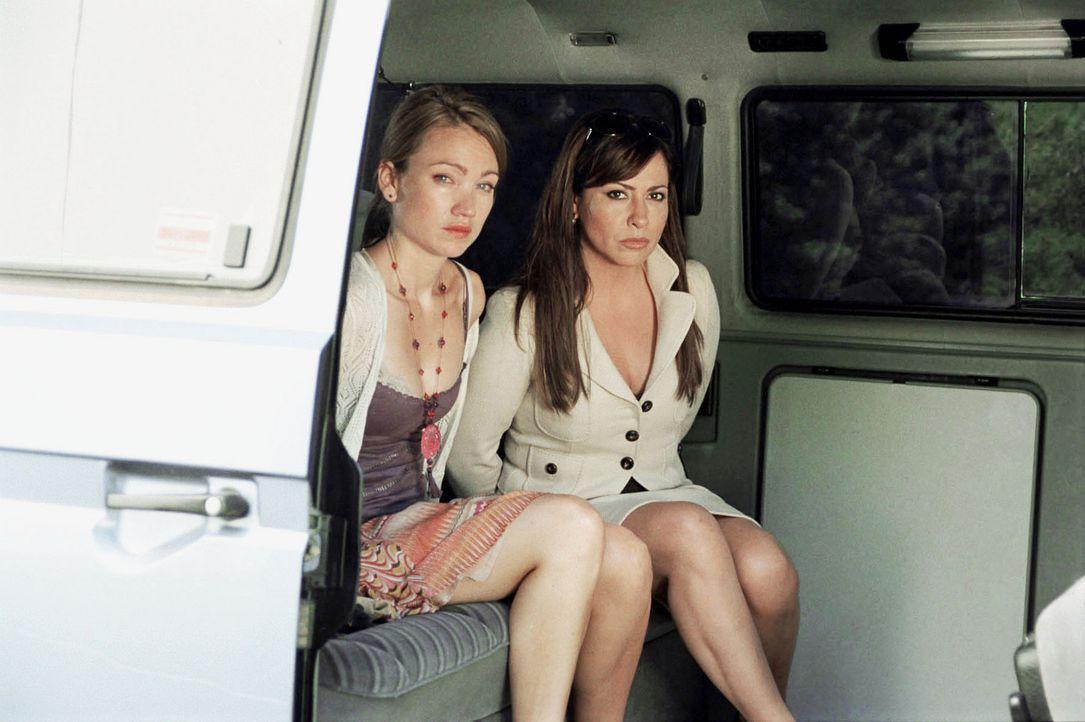 Nachdem der Coup gescheitert ist, nehmen die Bankräuber Charlotte (Simone Thomalla, r.) und Sophie (Lisa Maria Potthoff, l.) als Geiseln, um heil au... - Bildquelle: Hardy Spitz Sat.1