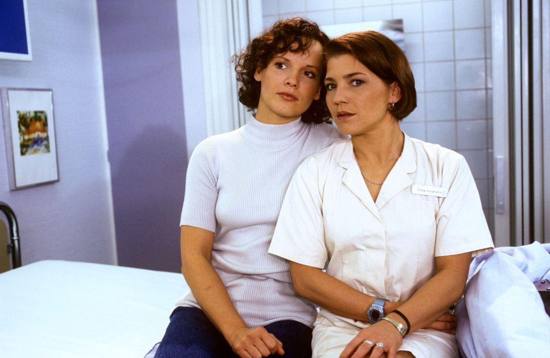 Schwester Stephanie (Claudia Schmutzler, r.) und Fanny Stefan (Julia Hentschel, r.), die Schwester des verunglückten Dennis, machen sich Sorgen. De... - Bildquelle: Noreen Flynn Sat.1