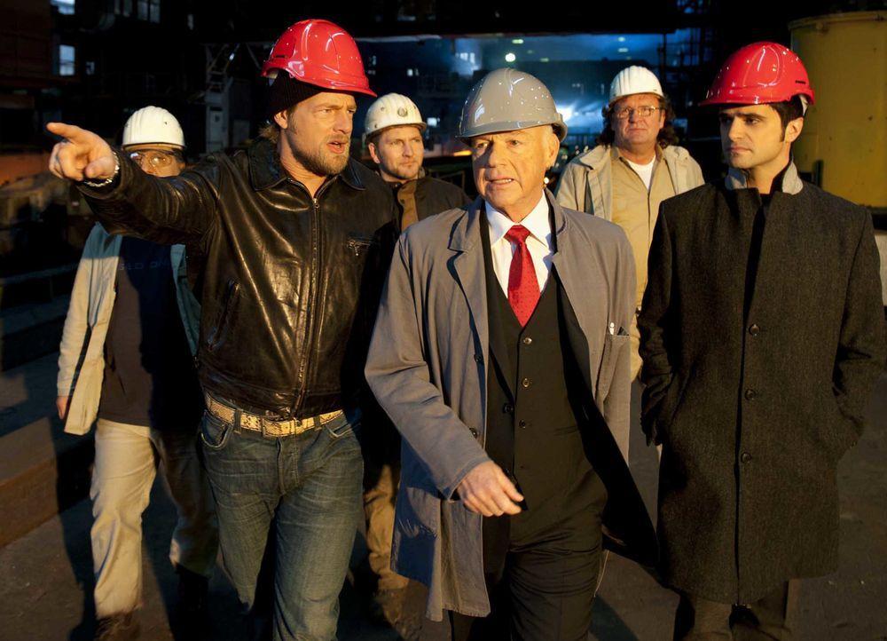 Schon bald erfahren Mick (Henning Baum, l.) und Andreas (Maximilian Grill, r.), dass die ermordete Journalistin erst kürzlich über den Industriellen... - Bildquelle: Martin Rottenkolber SAT.1 / Martin Rottenkolber