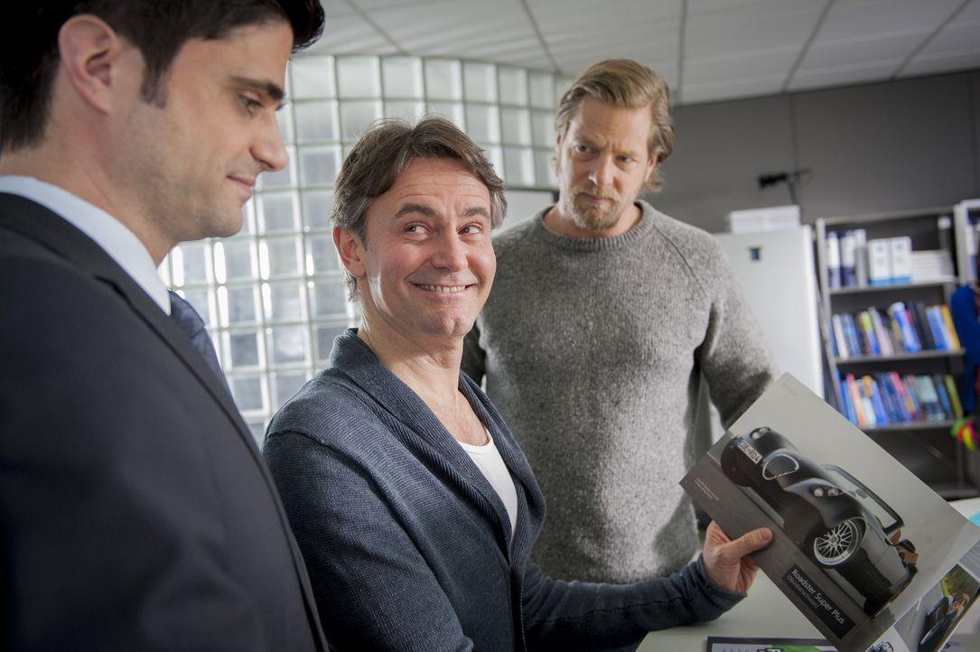 Was Männerherzen höher schlagen lässt: (v.l.n.r.) Andreas (Maximilian Grill), Meisner (Robert Lohr) und Mick (Henning Baum) ... - Bildquelle: Martin Rottenkolber SAT.1 / Martin Rottenkolber