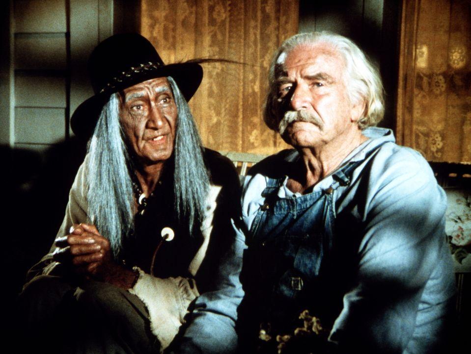 Joseph (Jerado De Cordovier, l.) und Sam (Will Geer, r.) entdecken, dass sie eine Menge verbindet. Denn Joseph hat mit seinem Stamm in dieser Region... - Bildquelle: WARNER BROS. INTERNATIONAL TELEVISION
