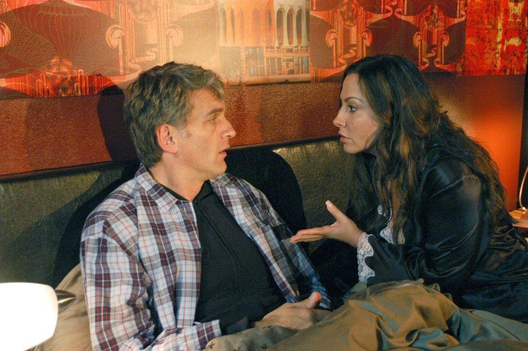 Andrea (Simone Thomalla, r.) findet es unmöglich von Max (Walter Sittler, l.), dass er versucht, seine nächtlichen Unternehmungen vor ihr zu verheim... - Bildquelle: Jacqueline Krause-Burberg Sat.1