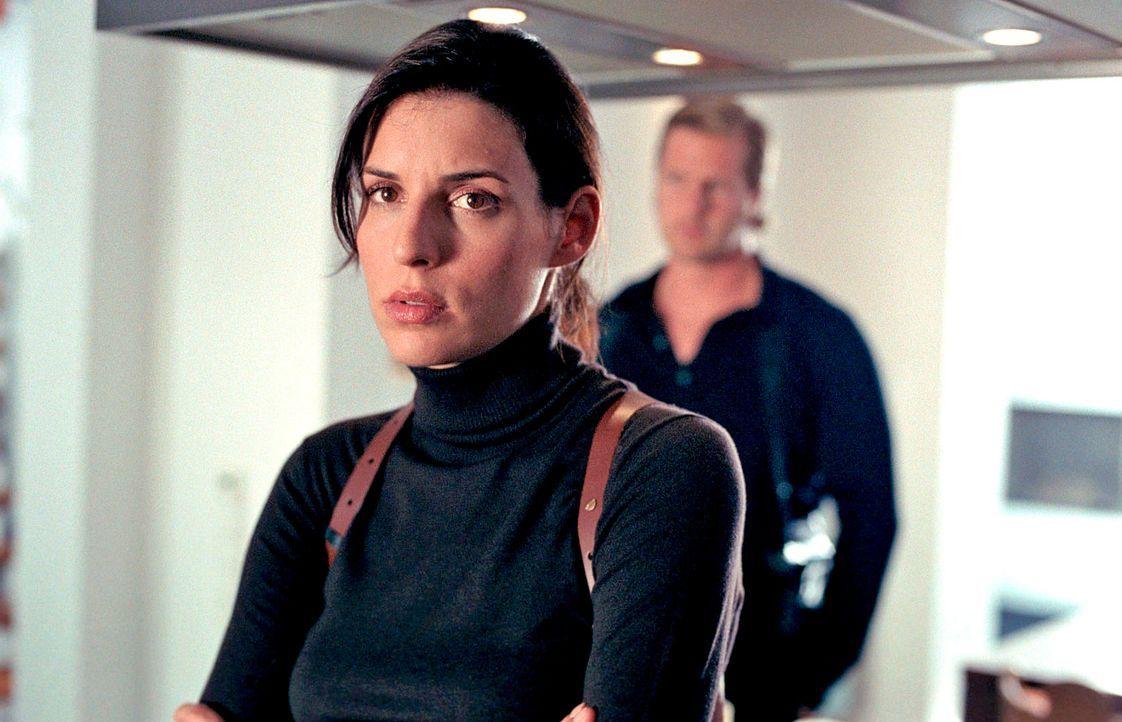 Als Nina (Elena Uhlig, l.) den freigewordenen Posten als Dienststellenleiterin annimmt, ahnt sie nicht, dass sie schon bald in einen Loyalitätskonfl... - Bildquelle: Walter Wehner SAT.1