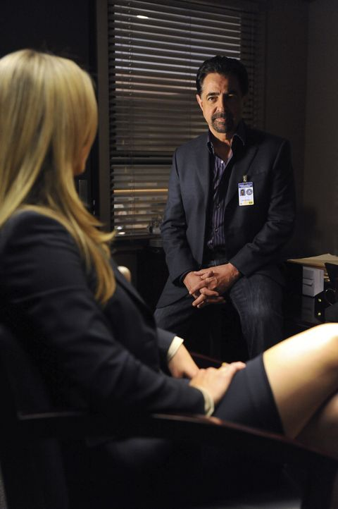 Haben JJ (A.J. Cook, l.) und Rossi (Joe Mantegna, r.) ein Geheimnis? - Bildquelle: Eric McCandless 2011 American Broadcasting Companies, Inc. All rights reserved. / Eric McCandless