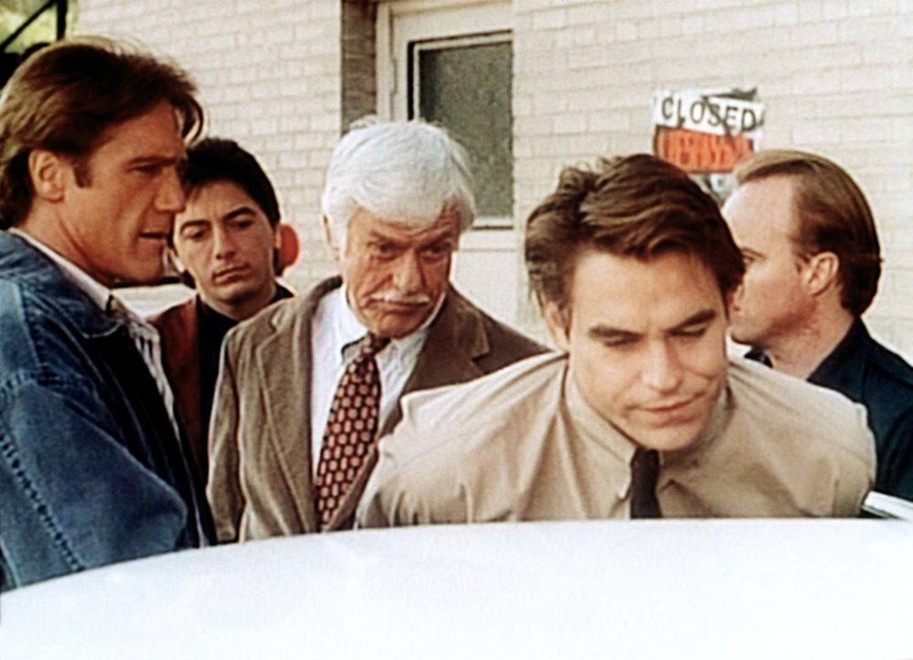 (v.l.n.r.) Steve (Barry Van Dyke), Jack (Scott Baio) und Dr. Sloan (Dick Van Dyke) verhaften Tommy Raffanti (Boyd Kestner). - Bildquelle: Viacom
