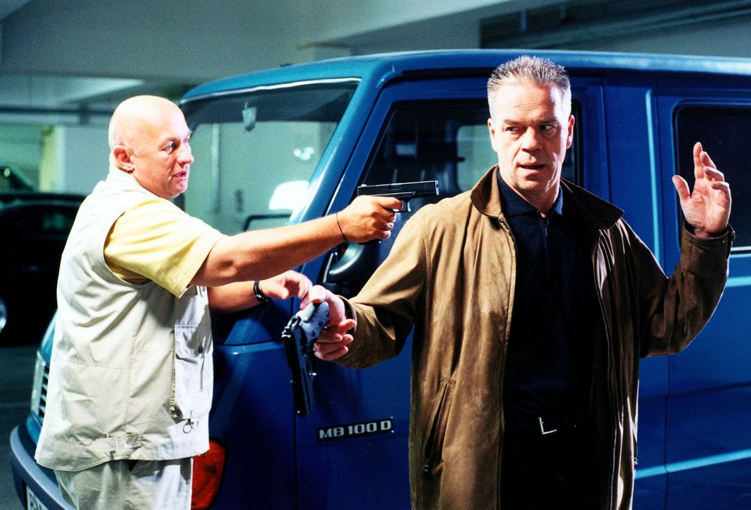 Wolff (Jürgen Heinrich, r.) gerät selbst in Gefahr, als er sich mit dem verdächtigen Fahrlehrer Dietrich Kansky (Wolfgang Müller, l.) trifft. - Bildquelle: Alfred Raschke Sat.1