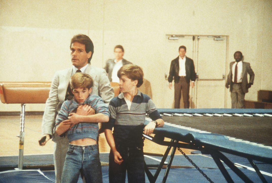 Prescott (Robert Lipton, l.) hat Jamie (Gregory Morton, vorne r.) und Philip (Paul Stout, vorne l.) in seine Gewalt gebracht. Lee (Bruce Boxleitner,...