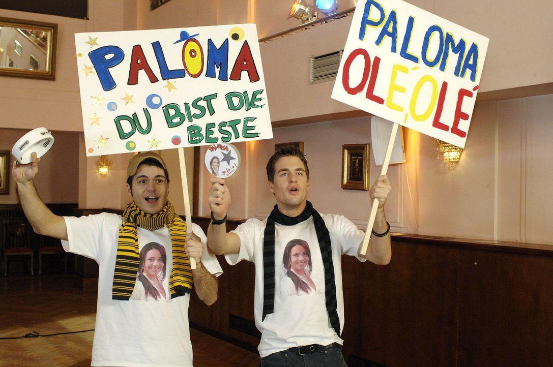 Maik (Sebastian König, l.) und Lars (Alexander Klaws, r.) feuern Paloma beim Casting an. - Bildquelle: Oliver Ziebe Sat.1