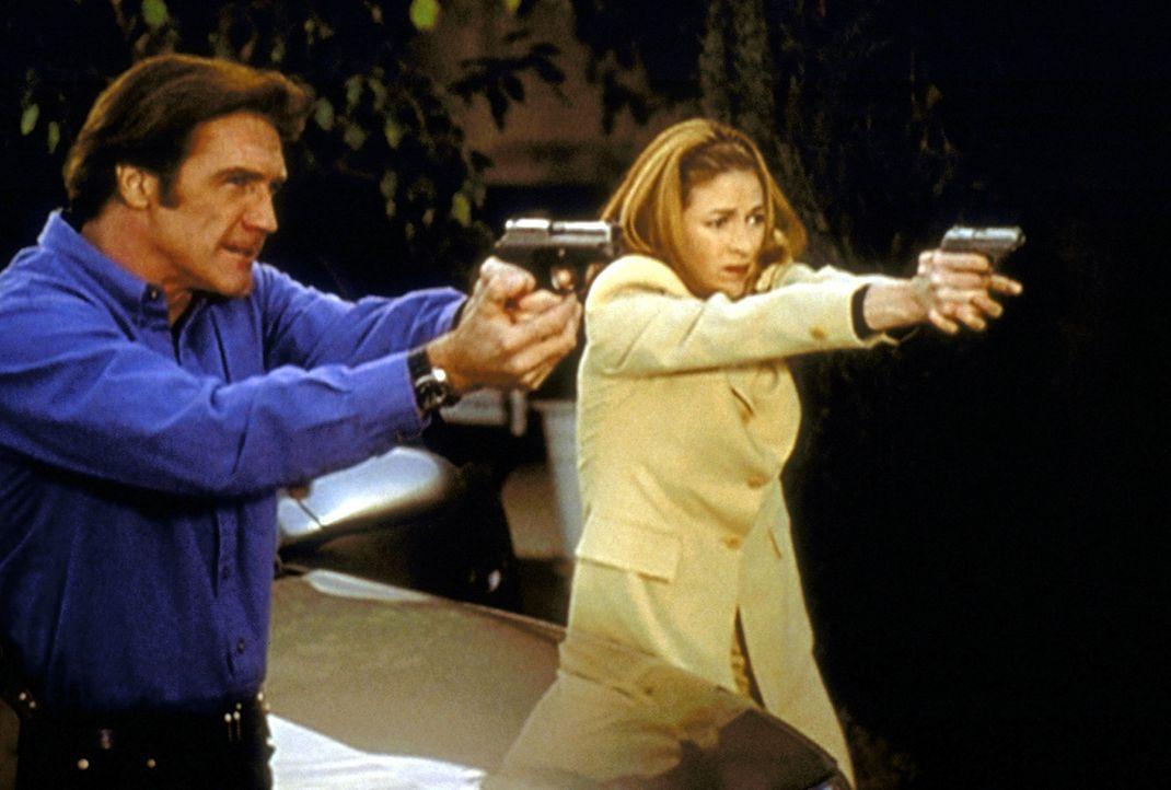 Steve (Barry Van Dyke, l.) und Archer (Susan Gibney, r.) versuchen, einen Überfall auf ein Juweliergeschäft zu verhindern. - Bildquelle: Viacom