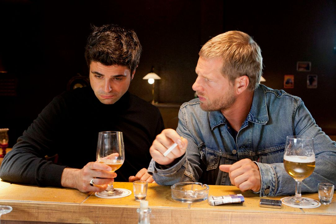 """Als """"Mastermind"""" Mick (Henning Baum, r.) und sein Adlatus Andreas (Maximilian Grill, l.) mit ihrem Plan B scheitern, kann nur noch ein Bierchen bei... - Bildquelle: Martin Rottenkolber SAT.1"""