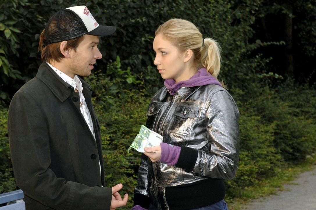 Mit Geld versucht Lily (Jil Funke, r.) Rico (Jannik Büddig, l.) loszuwerden. - Bildquelle: Oliver Ziebe Sat.1