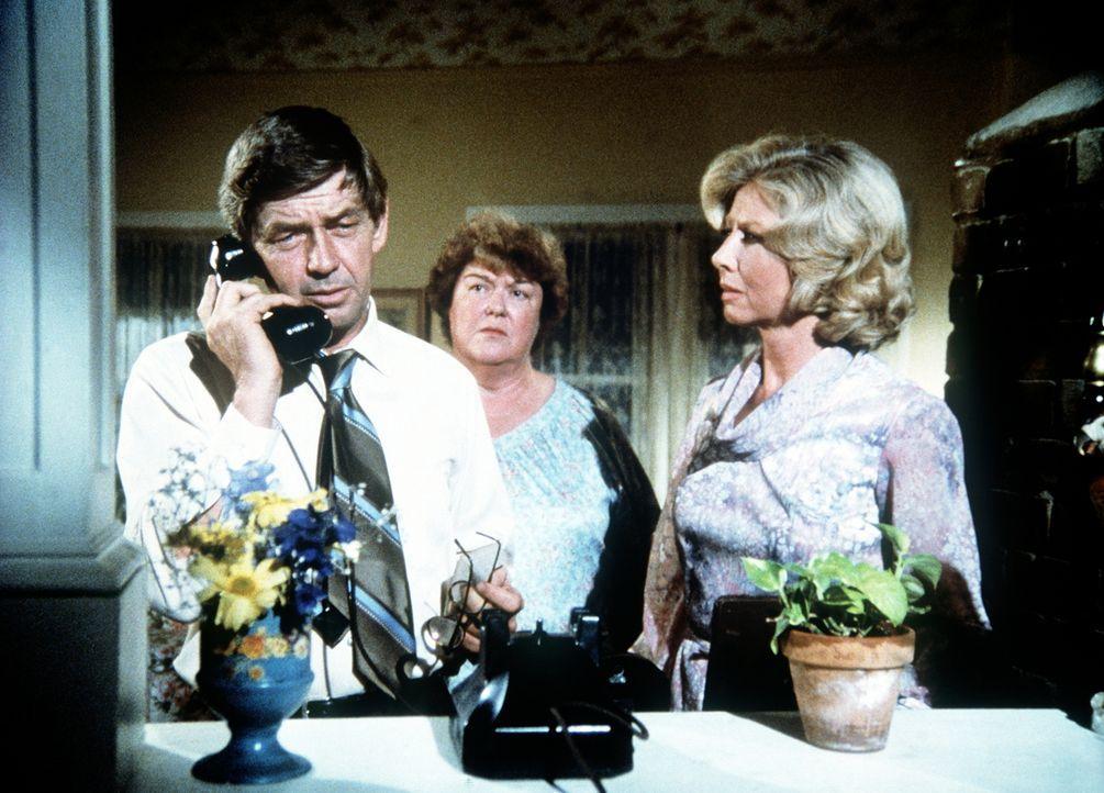 Der älteste Walton-Sohn wird in Europa vermisst. John (Ralph Waite, l.), Rose (Peggy Rea, M.) und Olivia (Michael Learned, r.) warten auf Nachricht... - Bildquelle: WARNER BROS. INTERNATIONAL TELEVISION