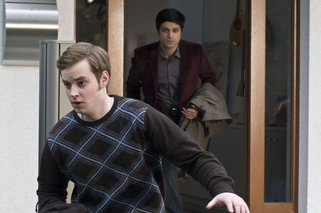 Als Andreas (Maximilian Grill, r.) den 17-jährigen Tom Willinger (Jan Niklas Berg, l.) verhören will, flüchtet dieser aus dem Haus. Hat der Schüler... - Bildquelle: Martin Rottenkolber SAT.1