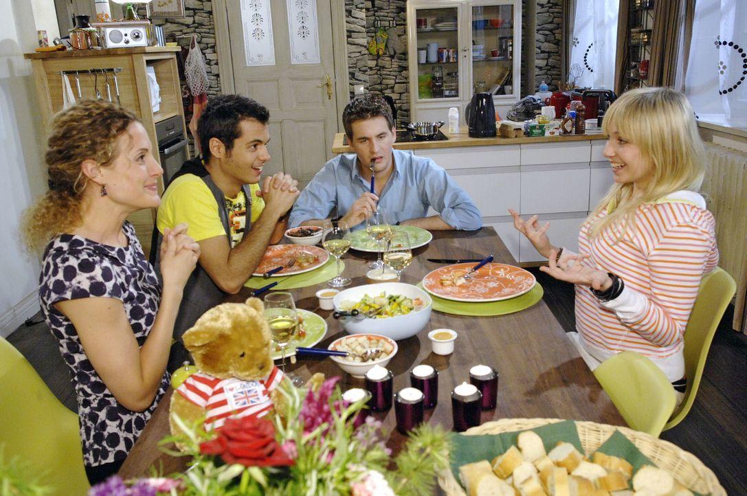 Nach ihrer Ankunft erzählt Lily (Jil Funke, r.) Lars (Alexander Klaws, 2.v.r.), Maja (Barbara Lanz, l.) und Maik (Sebastian König, 2.v.l.) aufgeregt... - Bildquelle: Claudius Pflug Sat.1