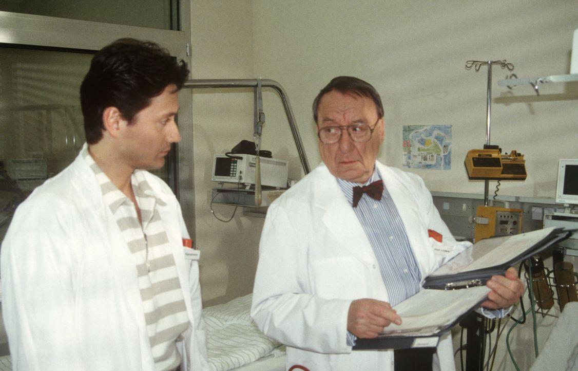 Der Chef der Kinderklinik, Professor Lüders (Ulrich Matschoss, r.), und Dr. Kampmann (Ulrich Reinthaller, l.) machen sich Sorgen um den Zustand des... - Bildquelle: Janis Jatagandzidis Sat.1