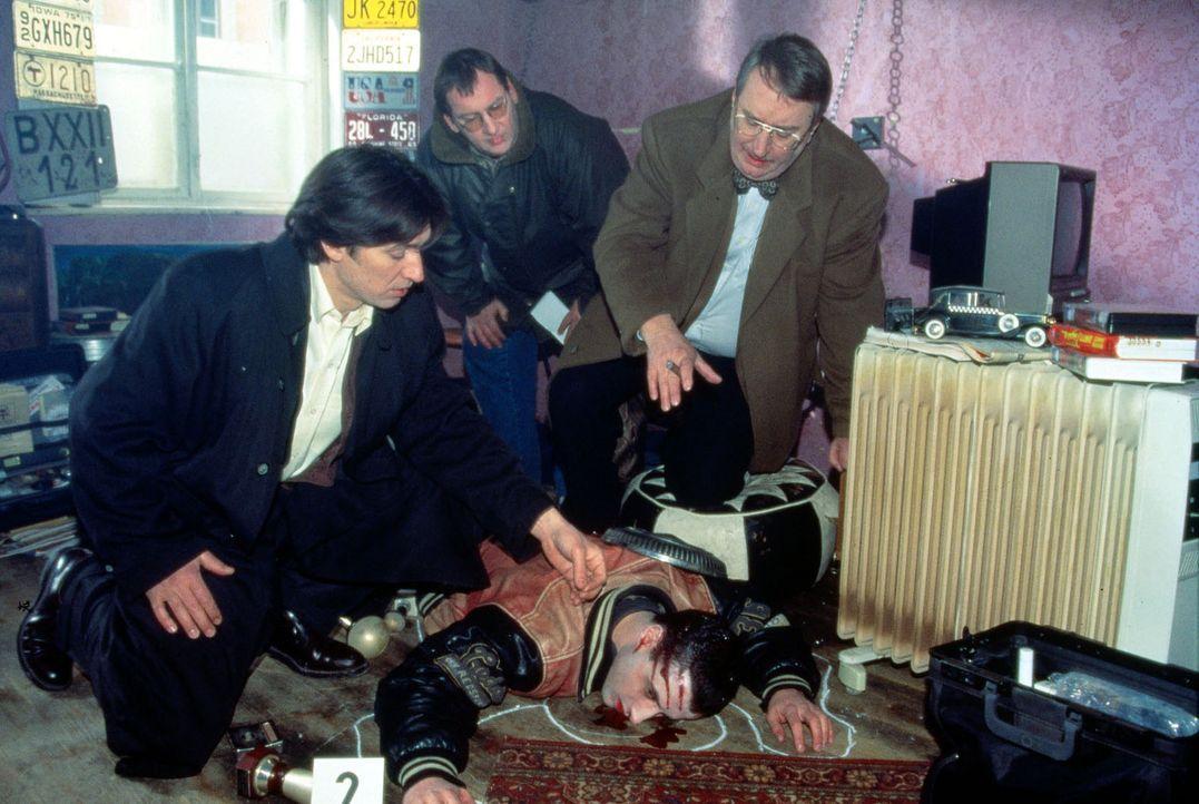 Gerichtsmediziner Graf (Gerhard Zemann, r.) sucht mit Kommissar Moser (Tobias Moretti, l.) und Peter Höllerer (Wolf Bachofner, M.) nach der Todesurs... - Bildquelle: Ali Schafler Sat.1